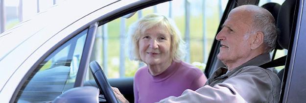 Couple de seniors bénéficiaires d'une voiture d'occasion